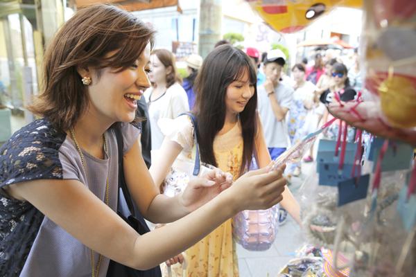 江ノ島商店街で楽しむ女性