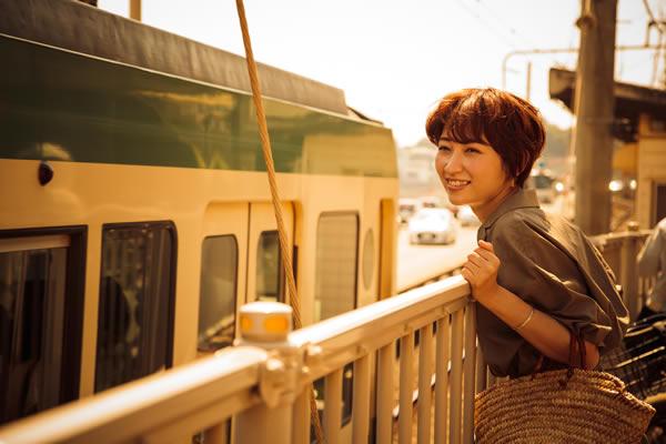 江ノ電を待つ女性