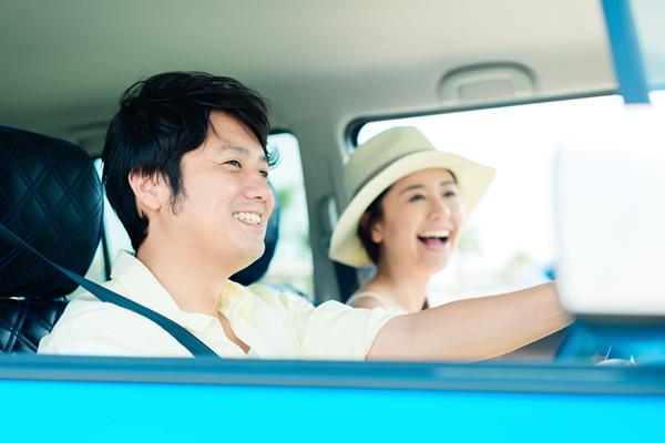 江ノ島をドライブするカップル